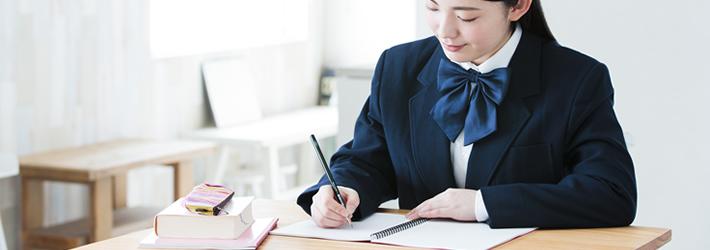 毎日使える個人専用の自習机で勉強できる